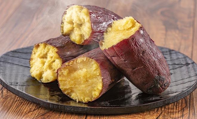 あつあつの焼き芋の写真